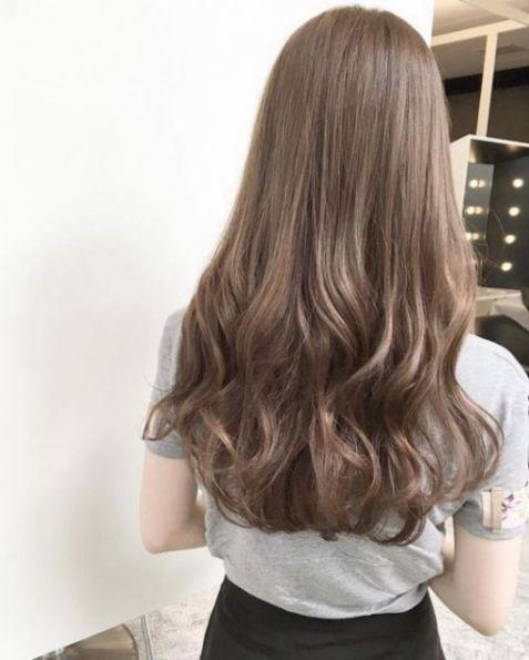 Nếu bạn đang cảm thấy nhạt nhẽo với mái tóc dài hiện tại, hãy lựa chọn phong cách uốn sóng nước đầy cá tính và xinh xắn này ngay cho mình nhé.