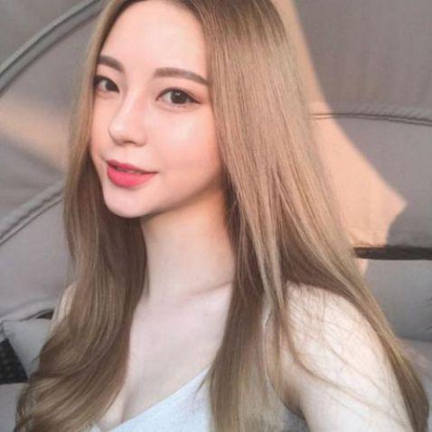 Sở hữu gương mặt trái xoan cùng với mái tóc dài đẹp thịnh hành là sự lựa chọn lý tưởng của hầu hết các cô gái sành điệu và xinh xắn ngày nay.