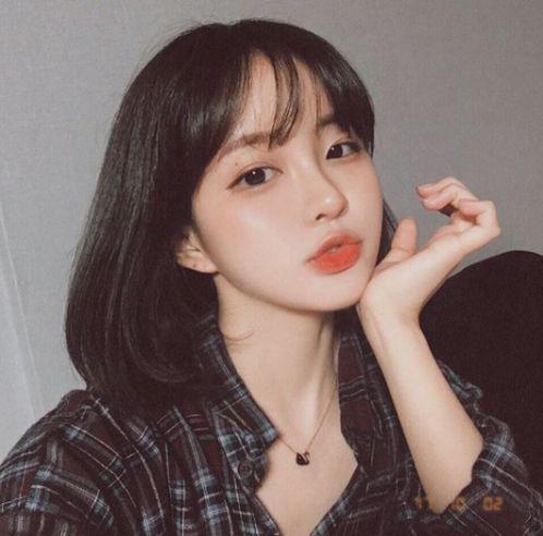 Chỉ cần tô một chút son môi cùng với cách tạo kiểu tóc ngắn ngang vai được uốn cúp đuôi chữ C là đã giúp các cô gái đẹp như sao Hàn Quốc rồi.