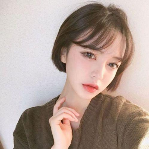 Bạn đã bao giờ cắt tóc ngắn cùng phong cách mái lệch thời thượng này chưa? Hãy thử ngay vì style này đang hot tại xứ Hàn Quốc đó nha.