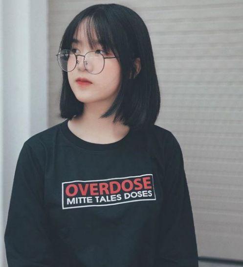 Chỉ là một kiểu tóc ngắn Hàn Quốc với màu đen nguyên chất là đã giúp nàng trông thấy xinh xắn và như trẻ ra vài tuổi rồi, thật tuyệt vời phải không.