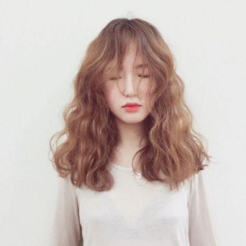 Bạn có biết kiểu tóc ngang vai uốn lọn nhỏ đẹp mới nhất 2019, được nhiều phái nữ yêu thích. Phong cách được lan truyền rộng rãi trên thế giới này.