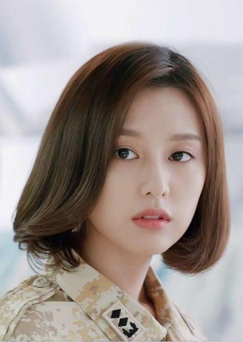 Chỉ cần tạo kiểu tóc ngắn đến ngang vai cùng phong cách mái xéo Hàn Quốc 2019 này, là đã hô biến ngoại hình các cô gái trông xinh xắn và trẻ trung.