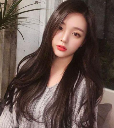 Không cần phải mắt một mí, chỉ cần các bạn nữ lựa chọn phong cách tóc dài phong cách Hàn Quốc này là đã có diện mạo cuốn hút như sao rồi.