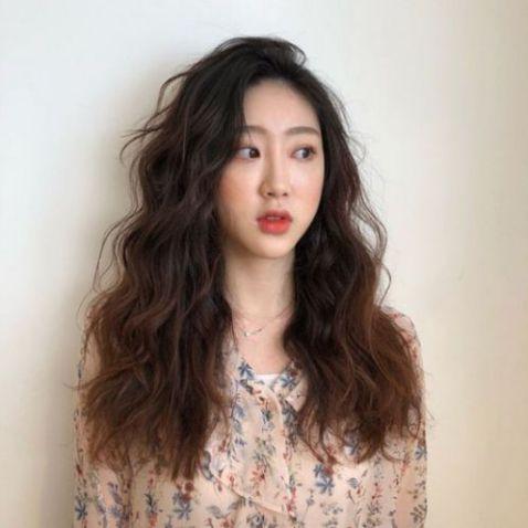 """Nàng được trời phú khuôn mặt dài cùng style kiểu tóc xoăn này """"LAMDEPWIKI"""" chắc chắn phải làm các cô gái cùng lứa ngưỡng mộ cho xem."""