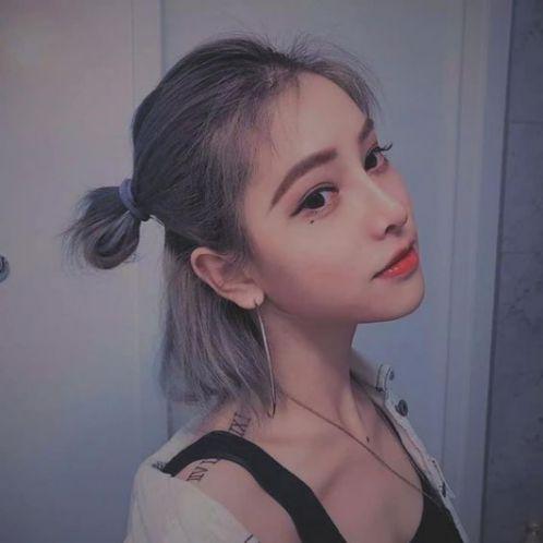 Màu nhuộm khói xám cùng với mái tóc ngắn cột đuôi gà này là điều mà nhiều cô gái gương mặt dài xinh xắn hiện nay muốn 1 lần sở hữu đó nha.