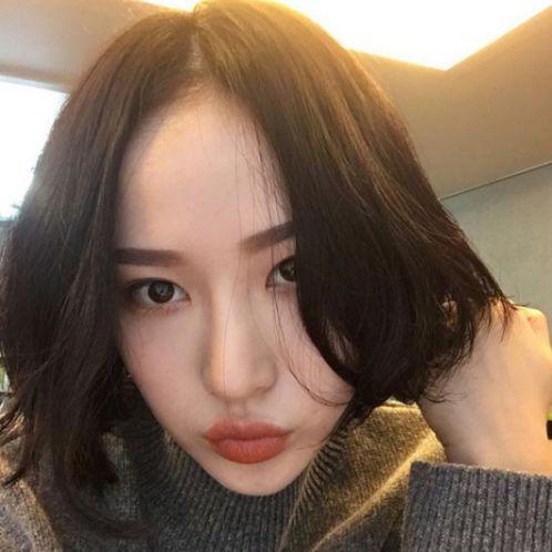 Tóc ngắn kết hợp mái rẽ ngôi giữa luôn là sự lựa chọn số đông giới trẻ Hàn Quốc đó nha. Vậy còn các nàng khuôn mặt dài thì sao?