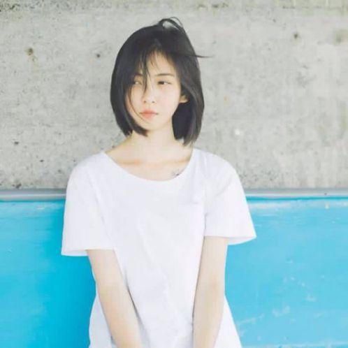 Không cần gì quá màu mè, chỉ đơn thuần là một mái tóc ngắn hot trend cùng với chiếc áo trắng là sự lựa chọn của bạn nữ siêu dễ thương này.