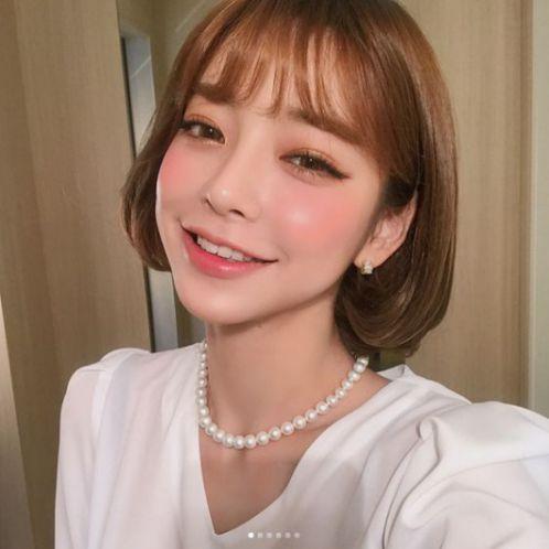 Tóc ngắn mái thưa không chỉ mang đến làn da như đánh phấn, mà đây còn là phong cách giúp các nàng dễ dàng phối đồ đẹp như sao Hàn Quốc.
