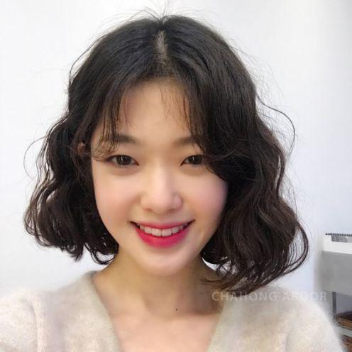 Tóc ngắn uốn xoăn đang là từ khóa được nhiều cô nàng trẻ trung ngày nay tìm kiếm. Mang đậm nét Hàn Quốc này đang nắm bắt trend đó nhé.