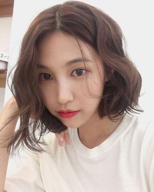 Sở hữu khuôn mặt trái xoan nữ tính cùng với phong cách tóc ngắn xoăn Hàn Quốc này luôn là sự lựa chọn tuyệt vời của nhiều cô gái xứ sương mù.