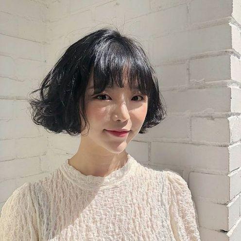 Bạn đã bao giờ cắt một kiểu tóc ngắn xoăn gợn sóng đầy nét trẻ trung này chưa? Hãy thử ngay phong cách Hàn Quốc thời thượng này ngay nhé.