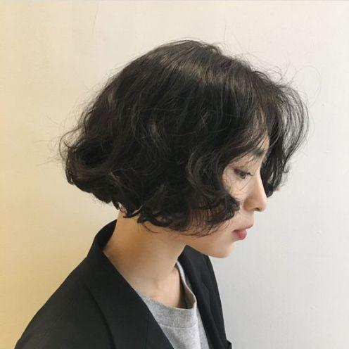 Góc nghiêng thần thánh của cô nàng Hàn Quốc với phong cách tóc ngắn được uốn xoăn hình sóng nước. Thật xinh xắn và thu hút phải không?