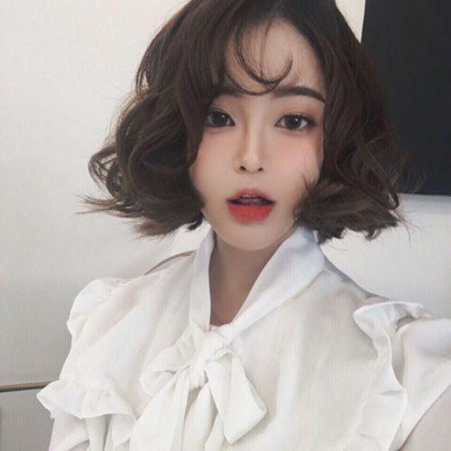 Tạo kiểu tóc ngắn ngang vai xoăn nhẹ nhàng phong cách Hàn Quốc, mang nét đẹp xinh xắn và vô cùng ngọt ngào gửi đến tất cả bạn nữ trẻ trung.