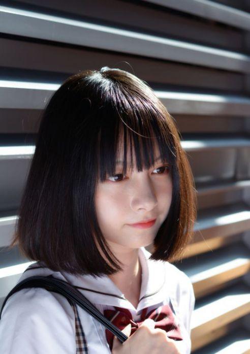 Bạn có biết tóc ngang vai mái bằng đang là vũ khí sắc bén cho việc che khuyết điểm trên khuôn mặt, mang đến nét đẹp nữ tính và siêu dễ thương?