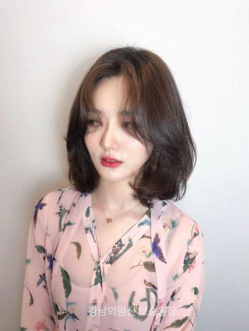 BST những phong cách tạo mẫu tóc uốn cụp đuôi cho mái ngắn nắm bắt xu hướng. Được nhiều cô gái Hàn Quốc lựa chọn.