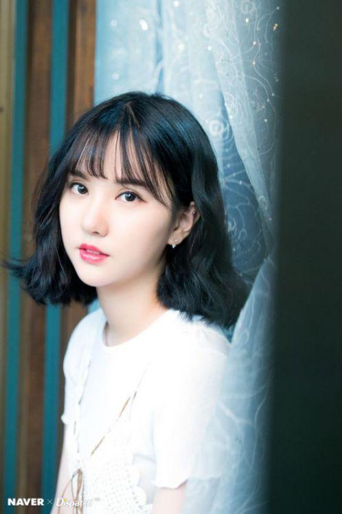 Tạo kiểu tóc ngắn hình sóng nước, trang điểm nhẹ, phối hợp các trang phục đẹp như này đang là phong cách thịnh hành xứ Hàn Quốc đó nhé.