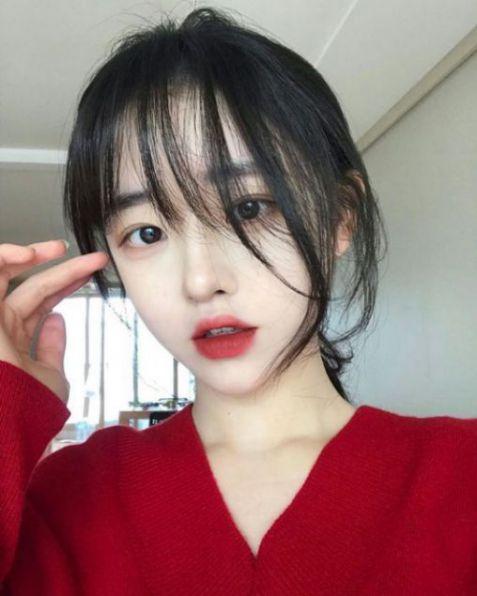 Chỉ đơn giản là một màu đen nguyên chất cùng cách tạo mẫu tóc dài mái thưa này, đã khiến biết bao nhiêu cô gái Hàn Quốc phải thích thú.