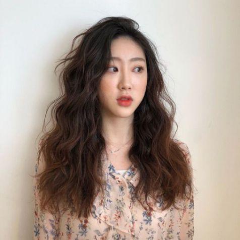 Xem ngay phong cách tạo kiểu tóc xoăn Hàn Quốc đẹp giúp phái nữ trẻ hóa làn da - Hình ảnh số 2
