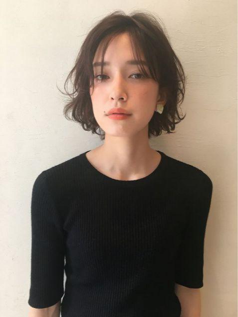 """Cách tạo kiểu tóc ngắn mái uốn phồng nhẹ nhàng đang thịnh hành ngày nay. Làm các cô gái bắt đầu quá trình """"Lột Xác"""" bản thân thành người mới."""