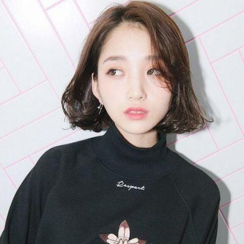 Các bạn nữ đã biết đến xu hướngmẫu tóc nữ mái ngắn lệch đang lên ngôi này? Đến các cô nàng xứ Hàn Quốc cũng phải yêu thích hết mực