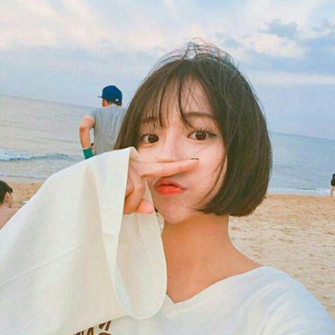Tóc ngắn phong cách Hàn Quốc, được nhiều cô gái Việt yêu thích. Giúp mọi cô nàng thêm trẻ trung và sành điệu cùng các bộ thời trang.