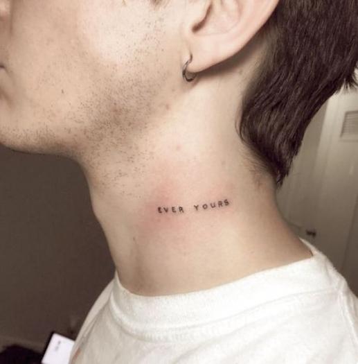 Những mẫu hình xăm tatoo chữ ở cổ cho nam