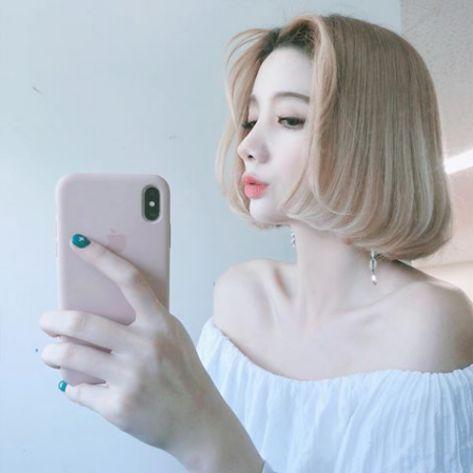 Bạn muốn xinh xắn, quyến rũ như các cô gái nổi tiếng trên mạng xã hội chứ? Sở hữu ngay mái tóc màu khói bạc cá tính này là bạn đã làm được điều đó một cách dễ dàng.