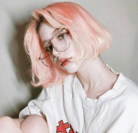Một chút thần thái, một chút nhan sắc, một chút sành điệu cùng mái tóc ngắn cùng màu nhuộm khói ánh hồng này nàng sẽ cực kỳ ấn tượng trong mắt đối phương đó.