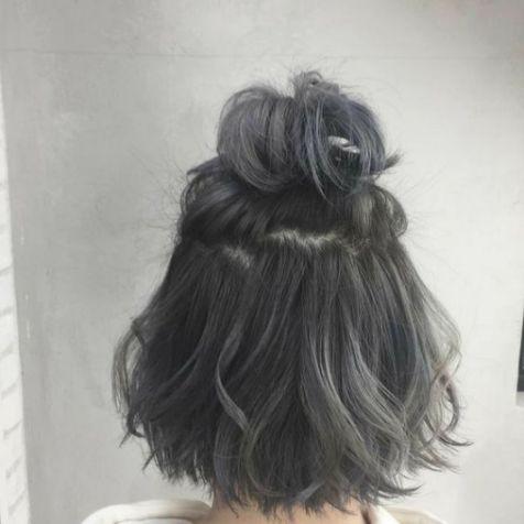 Không cần trang điểm quá lộng lẫy, không cần diện bộ cánh quá sành điệu. Chỉ cần có một kiểu tóc buộc cùng màu tóc khói lạnh này cũng đủ biến thành thiên nga rồi.