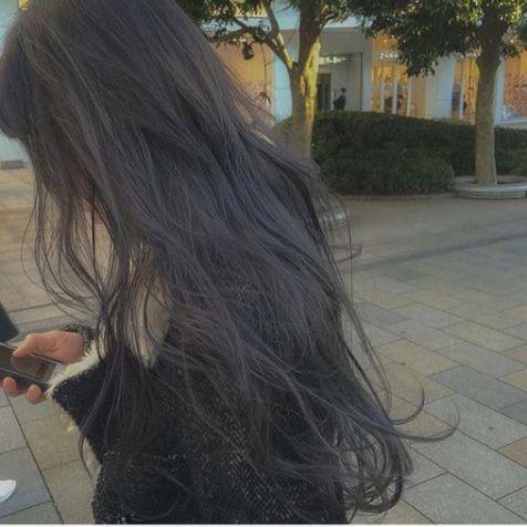Không cần phải xinh xắn như các hot girl, chỉ cần tậu ngay cách tạo kiểu tóc dài bồng bềnh cùng màu nhuộm khói trầm này là nàng đã có thể khiến các chàng trai gục ngã từ cái nhìn đầu tiên rồi nhé.