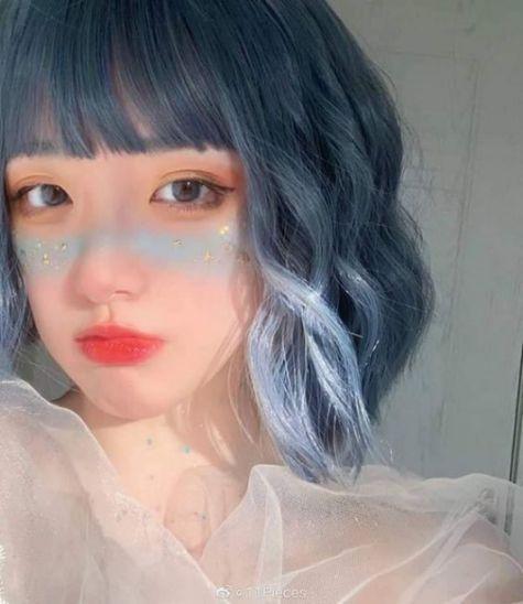 Dễ thương, cute, đáng yêu là những gì cô gái trẻ trung nhận được khi bước đến salon chọn ngay màu nhuộm tóc màu khói xanh độc đáo này.