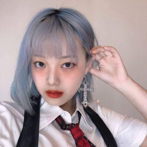 Bạn có biết giới trẻ Hàn Quốc đang săn lùng màu tóc khói xanh không? Xem ngay bài viết này để biến thành một cô gái hoàn toàn khác biệt ngay bây giờ nhé!!