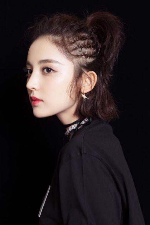 Giúp nàng thêm phần xinh xắn và tự tin khoe cá tính qua mái tóc ngắn buộc chỏm hot trend - Hình ảnh số 3