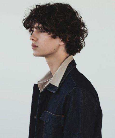 Khám phá ngay style tóc xoăn con sâu cho nam giới mang lại sự lãng tử và khí chất - Hình ảnh số 3